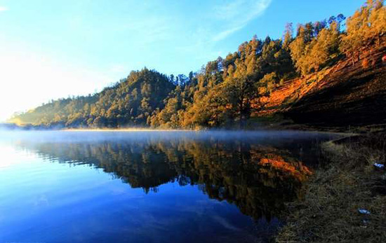 Sumber: http://content.rajakamar.com/danau-ranu-kumbolo-di-gunung-semeru/